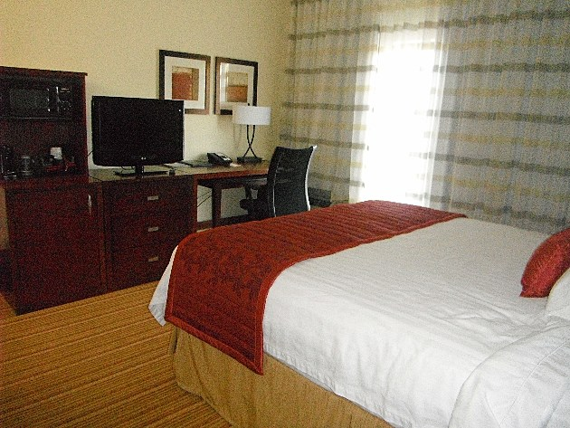 Courtyard by Marriott King size bed