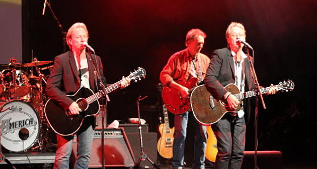 Dewey Bunnell and Gerry Beckley of America perform