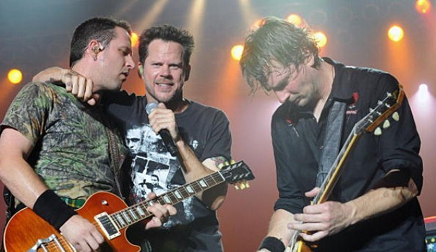 Gary Allan (center) performs at Bama Jam 2009