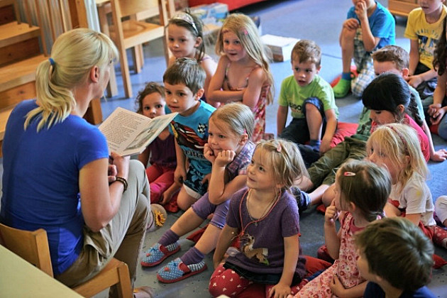 Librarian reading to kids